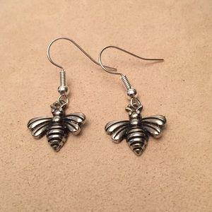 🔴 Silver tone Bee Earrings